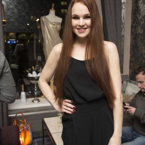 Modeskaparen Katri Niskanen i svart klänning.