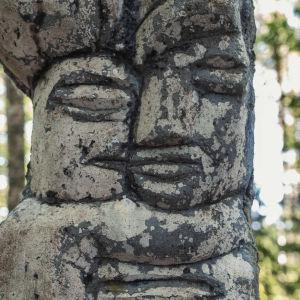 Reliefartad yta på staty utomhus.