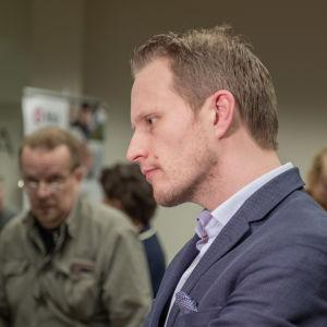 Asiantuntija Jussi Sane antaa haastattelua.