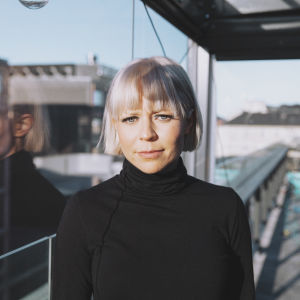 Paula Vesala parvekkeella