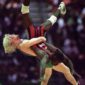 Marko Asell kastar Feliberto Ascuy Aguilera i OS-finalen 1996.