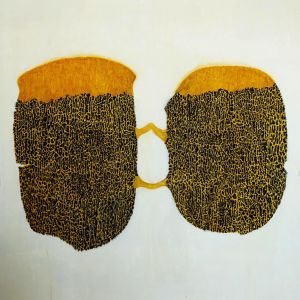 """Kuvataiteilija Hannu Väisäsen suuri maalaus nimeltään """"suuri hellyys"""" jossa kaksi keltaisella ja tummalla värillä maalattua kuviota."""