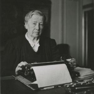 Miina Sillanpää inför sin 75-årsdag.