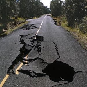 En jordbävning har orsakat en spricka i landsvägen i Hawaii 1978.
