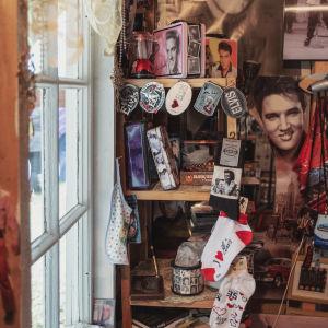 Hyllyllinen Elvis Presley-tavaraa: sukkia, avaimenperiä, rasioita, kuvia ja kirjoja.