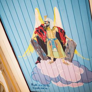 Kirkasvärinen ja siivekäs Mooses maalattuna kirkon kattoon.