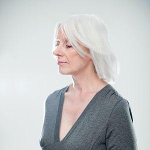 kvinna med vitt hår