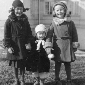 Birgitta längst till höger med två kusiner.
