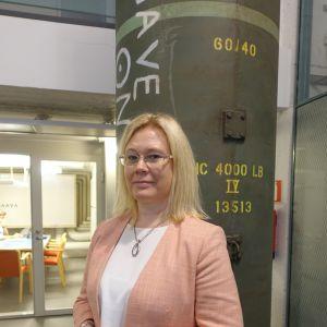 Foto på Jenny Stenerg-Sirén inomhus i Svenska handelshögskolan