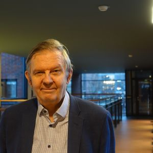 Foto på Ilpo Suoniemi i byggnaden där Löntagarnas forskningsinstitut verkarscentral