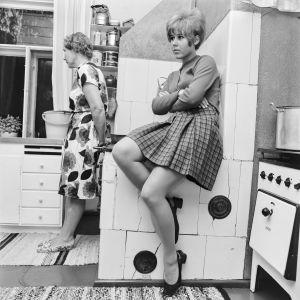 Kaksi naista keittiössä