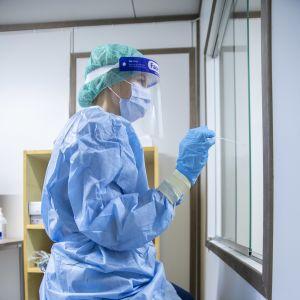 En sjukskötare håller på och tar ett coronavirustest.