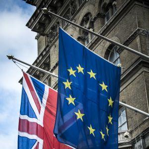 Storbritanniens och EU:s flaggor bredvid varandra utanpå en byggnad.