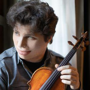 kuvassa viulisti Augustin Hadelich