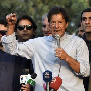 Den förre kricketstjärnan och nuvarande oppositionspolitikern Imran Khan anklagar premiärministern och hans barn för penningtvätt
