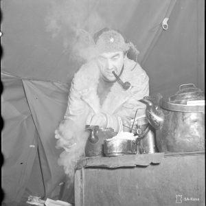 7.2.1940 Luutn.Sopanen kahvinkeittopuuhissa