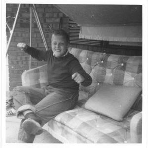 tommi hoikkala kotipihassa puutarhakeinussa noin 13-vuotiaana