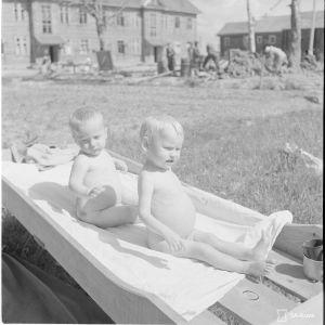Aunuksen lastensairaalasta. Lapset ottamassa aurinkoa ja kylpyä sairaalan pihalla.