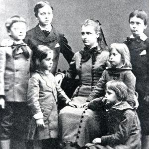 Syskonen Mannerheim. I mitten Sophie, till vänster Johan, Carl och August, till höger Gustaf, Annicka och (sittande) Eva.