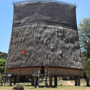 Det drygt 200 000 personer starka bahnarfolket uppför fantastiska byggnader som fungerar närmast som allaktivitetshus i byarna. De äldsta är ett par hundra år gamla.