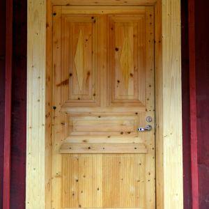 Ytterdörren till Bengttägobbins stuga