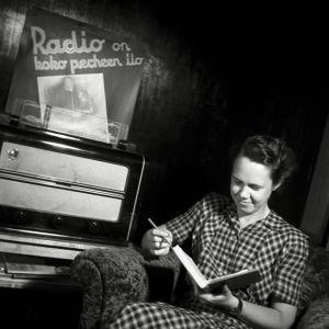 Nainen kuuntelee radiota, vuosi 1947