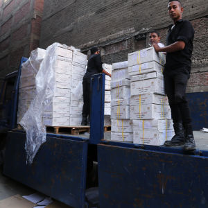 Egyptisk säkerhetstjänst i Giza packar upp valsedlar till parlamentsvalet.