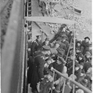 Venäjän lähetystö ja ulkomaalaisia nousemassa Tallinnan laivaan Helsingissä. 3-12-39.