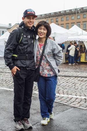 Bild på Christoph Cikragi och Kaori Takano, två turister på Salutorget.