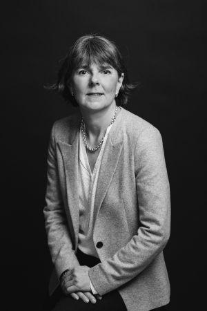 Svartvit bild av Catarina Fagerholm för kampanjen Naisjohtajat esiin!.