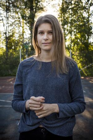 Ung kvinna med långt brunt hår i närbild.