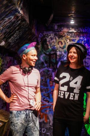 Porträtt på Joonas Kauhanen och Lilja Tamminen, som ordnar Vaporwave-klubb på Eerikinkatu 11 i Helsingfors.