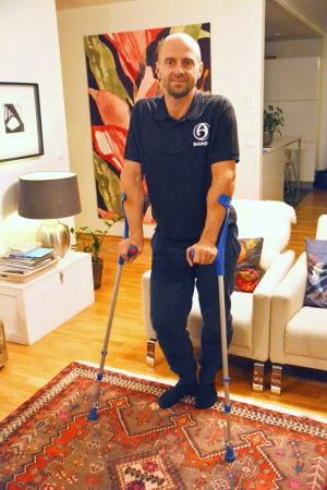 Sami Laakkonen på kryckor.