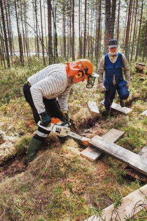 Jorma Tuikka ja Mikko Viitasalo pitkospuutalkoissa Valkeisen järven rannalla.
