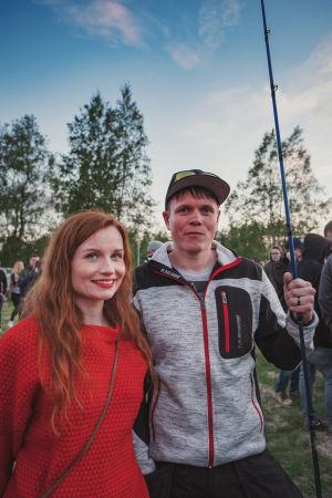Egenlands programledare Hannamari Hoikkala tillsammans med Markku Yliaho som vann fisketävlingen.