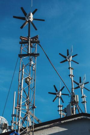 Pyöriviä tuulimittareita katolla, osa mastoissa.
