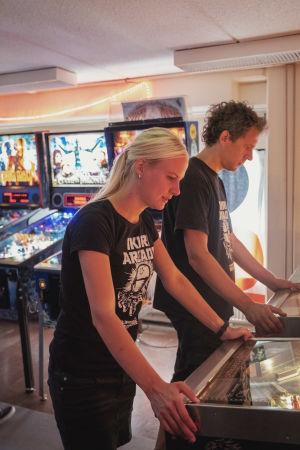 Paula Pihnala ja Janne Toukkari pelaavat flippereitä.