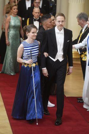 Ronja Oja bär ett bälte och armband gjort av hennes medaljer.