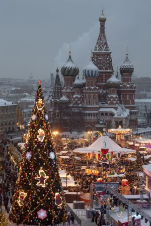 Röda torget i Moskva i julskrud.