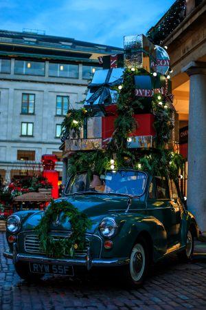En juldekorerad bil i London.