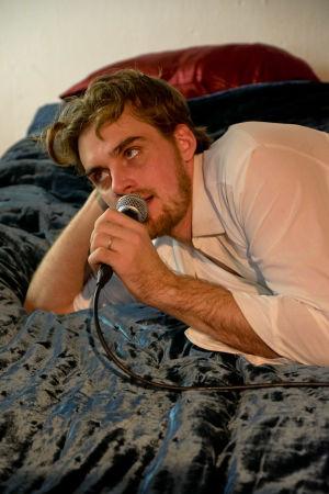 Lauri Tilkasen näyttelemä Richard makaa vuoteella ja puhuu mikrofoniin.