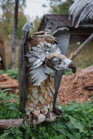 Romumetallista ja muista jätemateriaaleista tehty kotka-veistos.