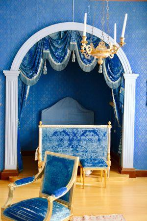 Hakoisten kartanon yläkerran sininen salonki eli Kuninkaanhuone. Kuva Riikka-Maria Pöllä