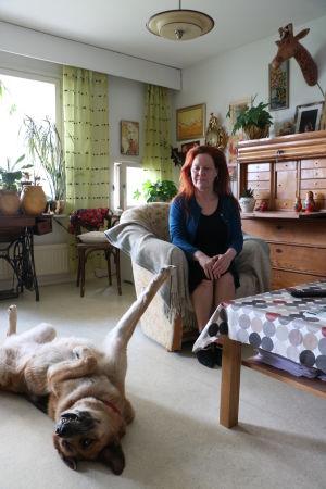 Lena Bengtson sitter i en fåtölj i sitt vardagsrum.