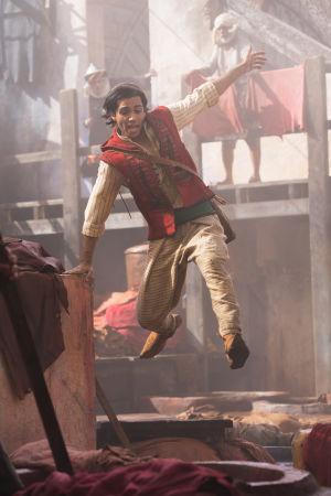 Aladdin (Mena Massoud) springer och tar ett språng i luften.
