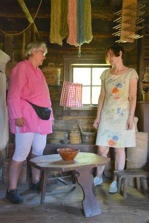 En matstol med en skål står mellan Li Näse och Anne Bergström.