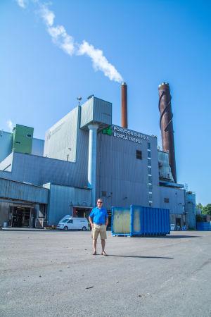Patrick Wackström framför biokraftverket i Tolkis