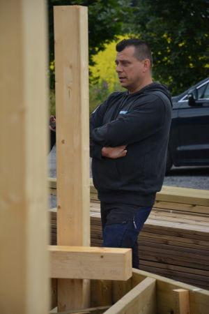 Christer Lundström på plats utanför bygget av familjens nya hus.