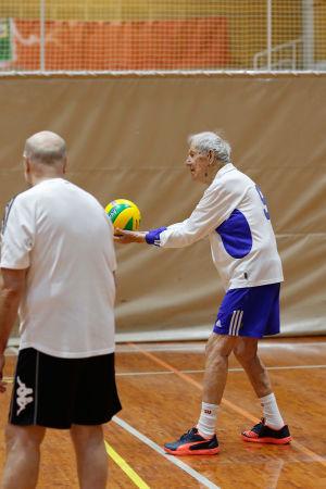 Satavuotias Jaakko Estola poseeraa pelaa lentopalloa.