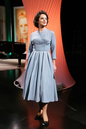 Anna-Liisa Tilus Maaseudulta maailmalle -ohjelmassa. Yllä 1950-luvun sininen villakangasmekko, Tilus maskeerattu 50-luvun tyyliin.